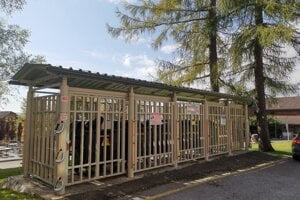 Uzamknuté kontajnery s elektrickými oplotkami. Vo Vysokých Tatrách je ich 64, stáli 1,2 milióna eur.
