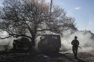 Ukrajinský vojak hliadkuje neďaleko frontovej línie počas pokračujúceho vojenského konfliktu v Marinke.