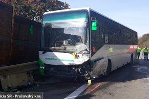 Zrážka osobného auta s autobusom v Bertotovciach.