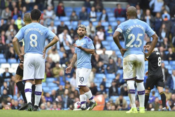 Futbalista Manchestru City Sergio Agüero (uprostred) reaguje po inkasovaní gólu v zápase 8. kola anglickej Premier League Manchester City – Wolverhampton Wanderers.