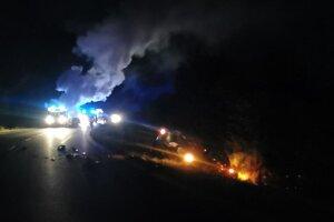 Mercedes po nehode zhorel do tla.