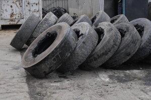 Staré pneumatiky z nákladných áut čakajúce na spracovanie.