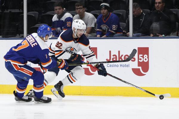 Tomáš Jurčo (vpravo) v zápase základnej časti NHL 2019/2020 New York Islanders - Edmonton Oilers.
