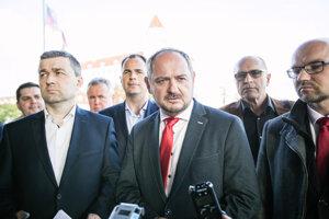 Predseda strany Magyar Fórum - Maďarské fórum Zsolt Simon (uprostred) počas tlačovej konferencie predstaviteľov strany Magyar Fórum - Maďarské fórum, SMK-MKP, Összefogás - Spolupatričnosť a Maďarských mimovládnych organizácií po skončení rokovania o vytvorení jednotnej maďarskej kandidátky, pred Úradom vlády SR.