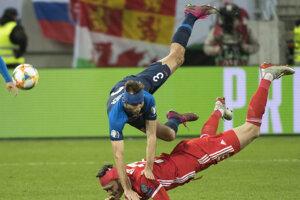 Norbert Gyömbér (hore) a Kieffer Moore v súboji v zápase 7. kola skupiny E kvalifikácie na EURO 2020 Slovensko - Wales.