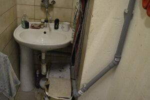 Dažďovú vodu, ktorá zateká do podchodu, zbierajú žľaby a potrubím odvádzajú do odtokov umývadiel v prevádzkach.
