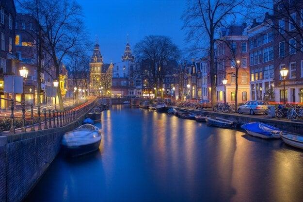 Amsterdamské kanály v noci