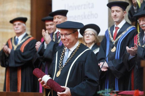 Monacké knieža princ Albert II. (v popredí) počas preberania čestného doktorátu, ktorý mu udelila Univerzita Komenského (UK) za aktivity v oblasti ochrany životného prostredia a za spoluprácu s Prírodovedeckou fakultou UK.
