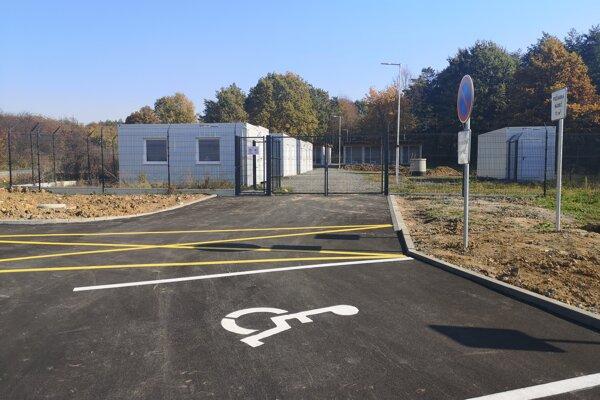 Mesto už dalo dobudovať pred útulkom aj parkovisko.