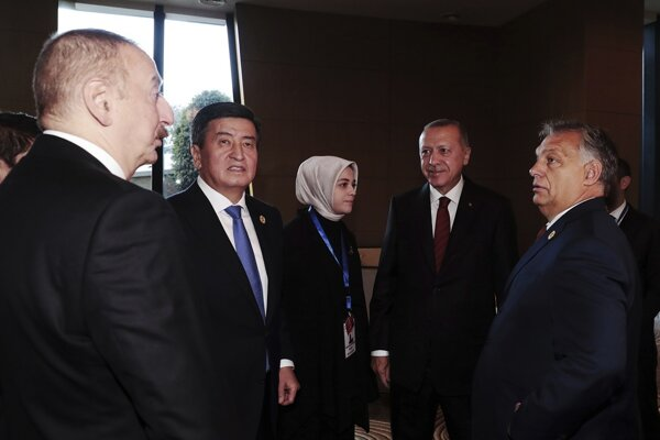 Viktor Orbán (vpravo) a turecký prezident Erdogan (druhý sprava) na summite v Baku.