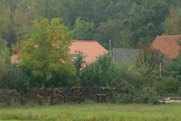 Budovy na izolovanom rodinnom statku v Ruinerwolde na severovýchode Holandska.