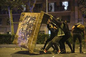 Katalánsky premiér vyzval na zastavenie násilia v uliciach.