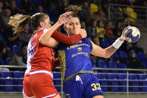 Michalovčanky sa so Slaviou poriadne natrápili, ani šesť gólov Kompaniecovej (vpravo) im na výhru nestačilo.