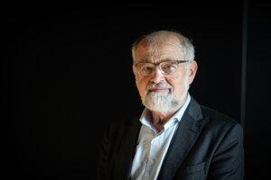 Erwin Neher je nemecký biofyzik, ktorý sa špecializuje na fyziológiu buniek. V roku 1991 získal za objav iónových kanálikov v bunkách spolu s kolegom Bertom Sakmannom Nobelovu cenu za fyziológiu alebo medicínu. Po štúdiu na Technickej univerzite v Mníchove absolvoval postdoktorandské šúdium na Yaleovej univerzite. Od roku 1983 vedie inštitút Maxa Plancka pre biofyzikálnu chémiu.