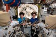 Astronautky Jessica Meirová (vľavo) a Christina Kochová (vpravo).