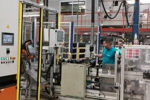 Robotizácia v Embracu. Vľavo robot, vpravo ľudská sila.