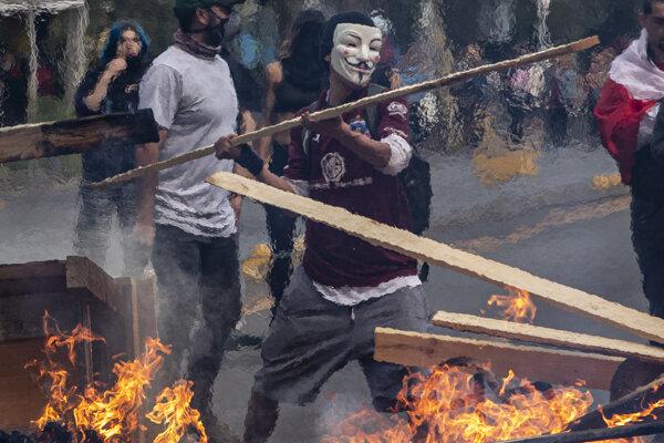 Protesty v Čile sprevádzali i požiare.