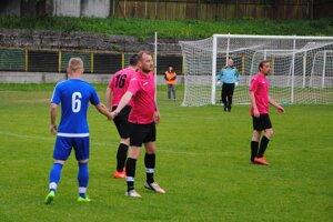 Futbalisti Trnového (v ružových dresoch). (Ilustračné foto)