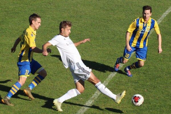 Námestovčania toho veľa futbalistom z Novohradu (v žlto-modrom) nedovolili a pridali aj dva presné zásahy.