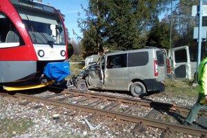 Zrážka vlaku a dodávky na železničnom priecestí v Tatranskej Lomnici.