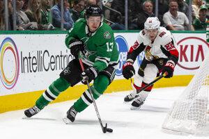 Mattias Janmark (vľavo) a Nikita Zaitsev v zápase základnej časti NHL 2019/2020 Dallas Stars - Ottawa Senators.
