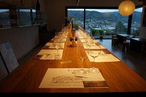 Interiér vinotéky s výhľadom na vinice..