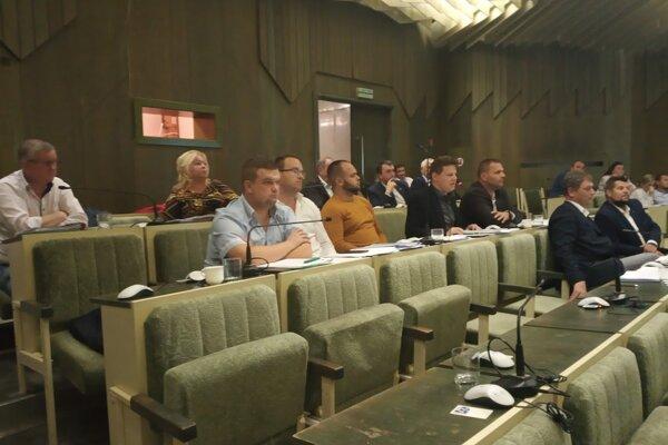 Humenskí poslanci na stredajšom rokovaní.