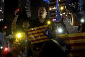 Ľudia v Hongkongu protestovali na podporu katalánskych separatistov.