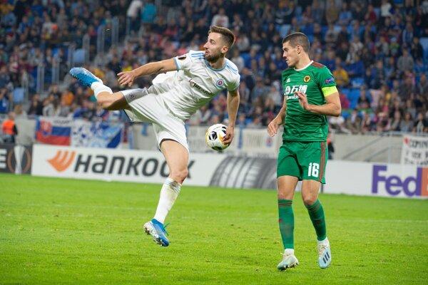 Andraž Šporar (vľavo) a Conor Coday v zápase K-skupiny 3. kola Európskej ligy UEFA vo futbale Slovan Bratislava - Wolverhampton Wanderers.