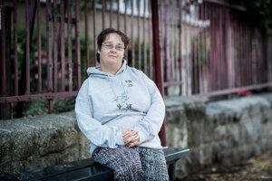 Dlhoročná predajkyňa časopisu pre ľudí bez domova v Budapešti dnes chodí o živote bez domova prednášať aj do škôl.