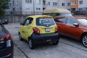 Drobný elektromobil sme našli na petržalskom sídlisku.