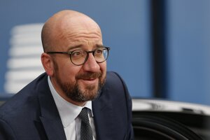 Dosluhujúci belgický predseda vlády Charles Michel.