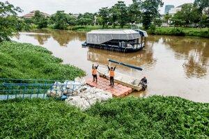 Zberač riečnych plastov Interceptor na kanáli Cenkareng v Jakarte v Indonézii.