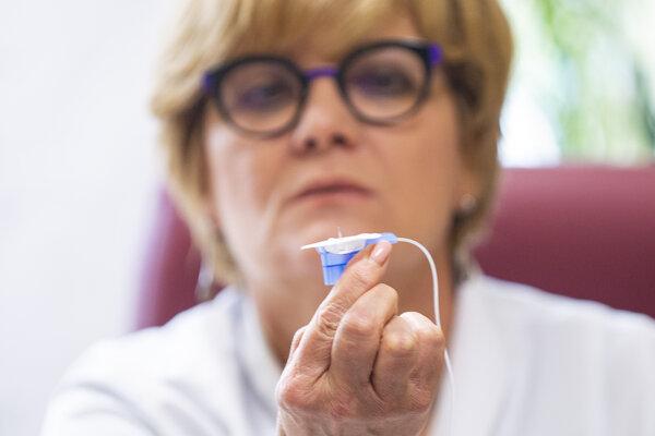Primárka Eva Goncalvesová počas tlačovej konferencie k predstaveniu aplikácie lieku pacientovi cez podkožnú pumpu.