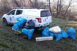 Ochranári vynášali odpad na krosnách niekoľko kilometrov.