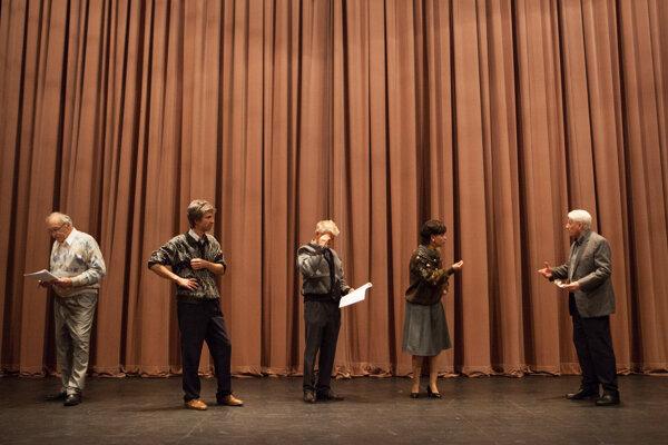 František Kovár, Ondrej Kovaľ, Richard Stanke, Dominika Kavaschová a Emil Horváth v predstavení Dnes večer nehráme.