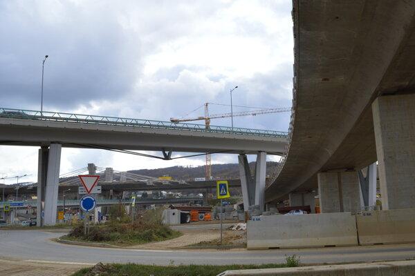 Výstavba mimoúrovňovej križovatky pri výjazde na Poprad. Okrem iného prepojí aj západný a severný obchvat.