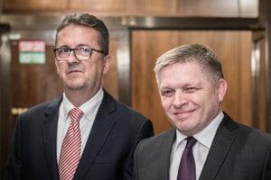Predseda Smer Robert Fico a vľavo podpredseda parlamentu Martin Glváčpočas tlačovej konferencie.