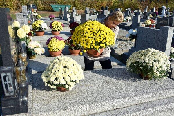 Viacerá ľudia upravujú hroby blízkych už v októbri.