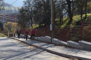 V Turzovke vedú popri cintoríne nové chodníky.