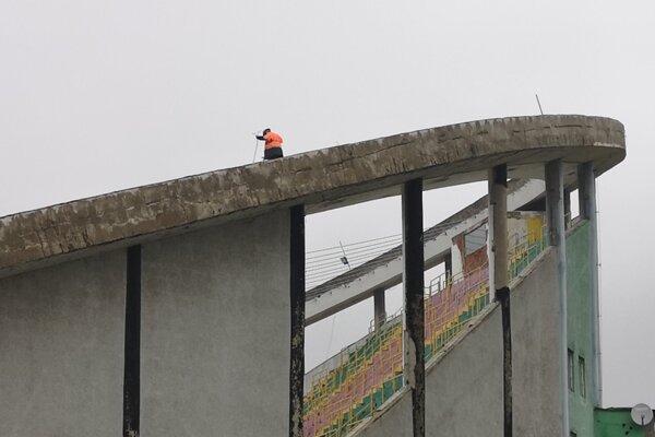 Stavbári už inštalujú lanovú konštrukciu strechy na zimnom štadióne.