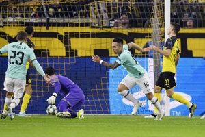 Lautaro Martinez (druhý sprava) oslavuje gól v zápase Ligy majstrov 2019/2020 Borussia Dortmund - Inter Miláno.