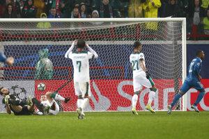 Douglas Costa strieľa víťazný gól Juventusu v nadstavení.
