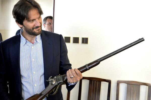 Exminister Kaliňák počas zbraňovej amnestie. Teraz bude vyrábať modernejšie zbrane ako na obrázku.