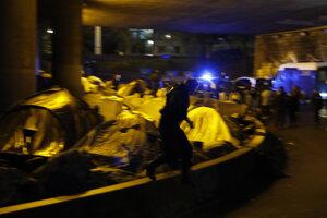 Policajti začali rušiť utečenecký tábor na severe Paríža.