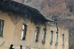 Pod váhou padajúcej strechy došlo v tejto časti k nakloneniu múra.