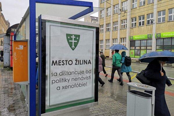 Svoj postoj vyjadruje radnica aj prostredníctvom plagátov na zastávkach MHD.