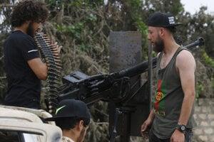 Príslušníci líbyjských vládnych síl si prekladajú zbrane počas bojov s jednotkami tzv. Líbyjskej národnej armády (LNA) pod velením Chalífa Haftara južne od Tripolisu 21. mája 2019.