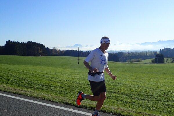 Na Slovensku lialo, v Rakúsku svieti slnko, bežci získali čas na vysušenie vecí.