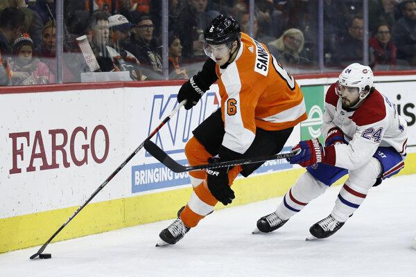 Travis Sanheim (vľavo) a Phillip Danault v zápase základnej časti NHL 2019/2020 Philadelphia Flyers - Montreal Canadiens.